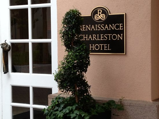 Renaissance Charleston Historic District Hotel: Entrance to hotel