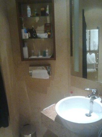 Le Meridien St. Julians: Badezimmer, mit Dusche und (kleiner) Sitz-Badewanne, eher etwas für kleine Menschen