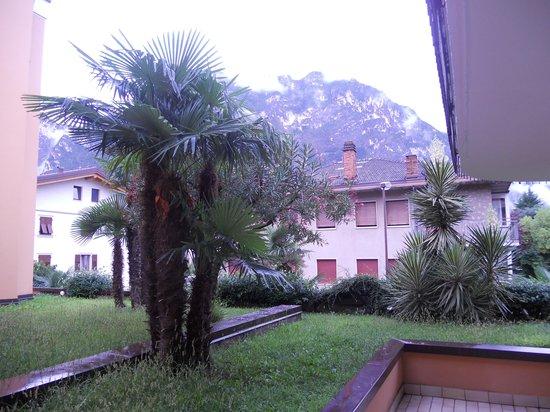 Hotel Villa Giuliana: uitzicht vanuit onze kamer aan de achterzijde van het hotel, klein terrasje ook erbij op 1e verd