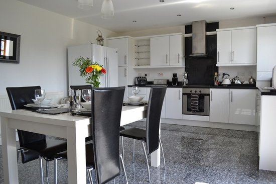 Llannerch Goch Luxury Cottages: Large Contemporary kitchen with all Mod Cons
