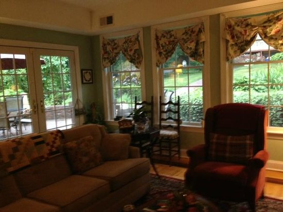 Bricktown Inn: TV/ Sunroom