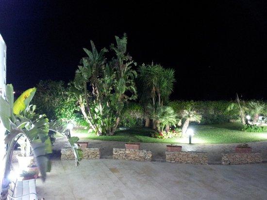 Hotel Principe di Fitalia Wellness & SPA: Il giardino alla sera