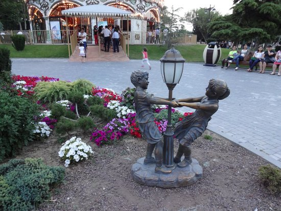 باكو, أذربيجان: uma das muitas estátuas do Boulevard