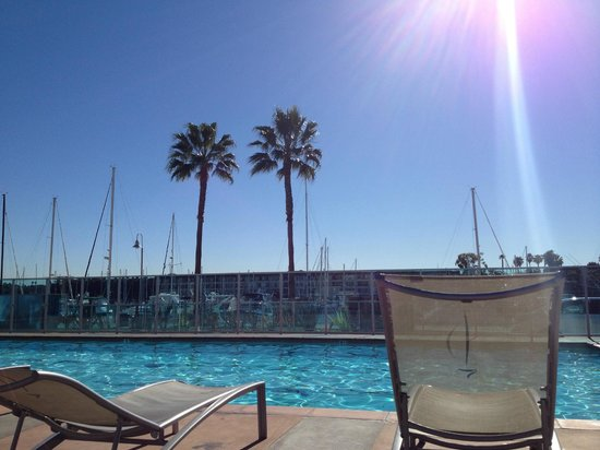 Oakwood Apartments Marina Del Rey: Siiting by the pool in Marina del Rey