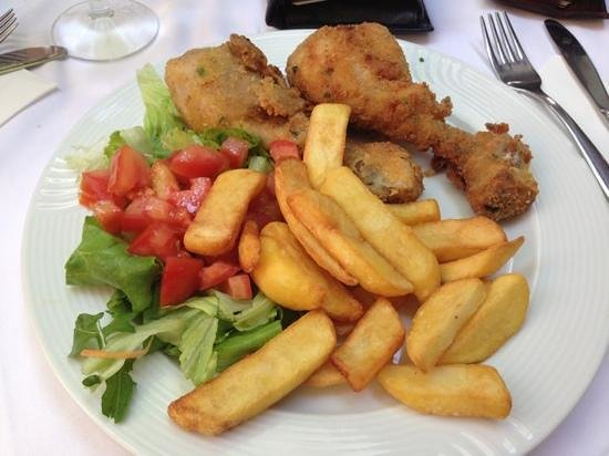 Tagiura: cosce di pollo fritte con insalata e patatine fritte