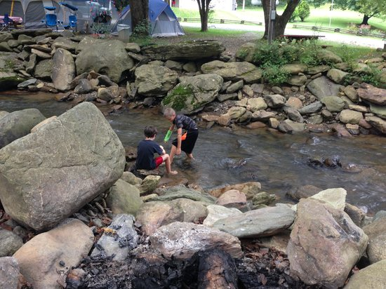 Flintlock Family Campground: Kids playing in creek