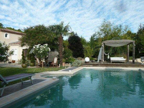 La Cle des Songes: Vue sur la piscine et le lit balinais
