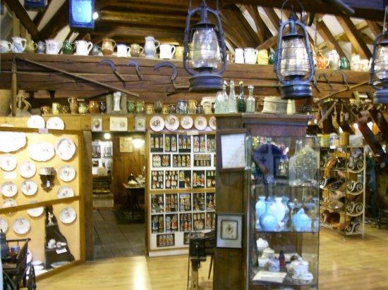 vue centrale du mus e gauche la collection de fa ences de strasbourg picture of le musee du. Black Bedroom Furniture Sets. Home Design Ideas