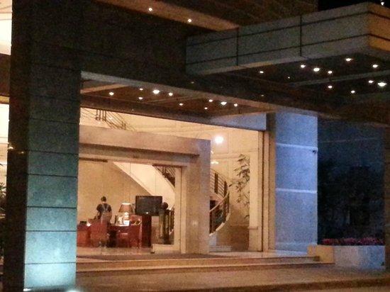 NH Collection Plaza Santiago: entrada al hotel