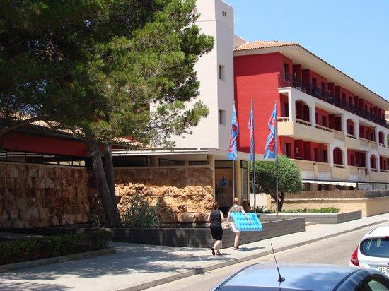 Illot Park Hotel: Blick auf den Hoteleingang