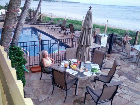 Kihei Sands Beachfront Condominiums: Pool and patio area