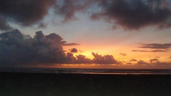 Karibuni Villas: sunrise on the beach