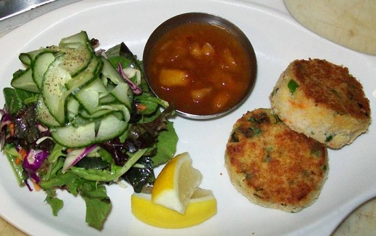 Dundarave Fish Market: Crab cakes with peach chutney and organic greens