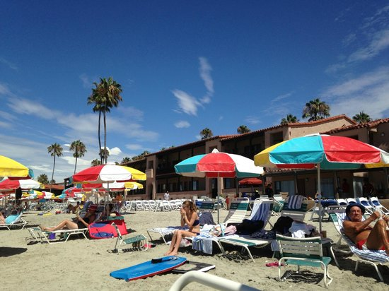 La Jolla Beach & Tennis Club: complimentary umbrellas, lounge chairs and towels