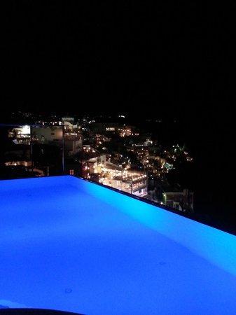 Cosmopolitan Suites Hotel: Pool Illuminated at Night