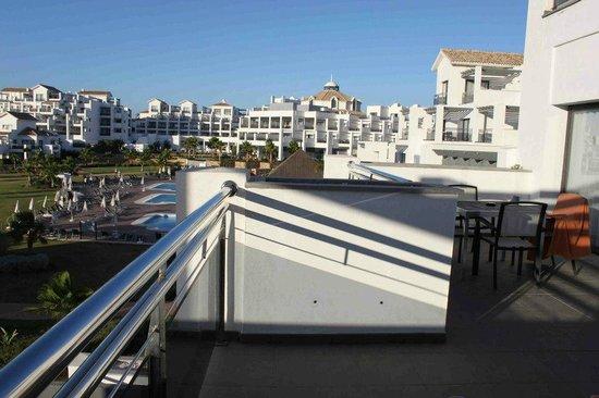 Hotel Fuerte Estepona : balcón de la habitación del apartamento.