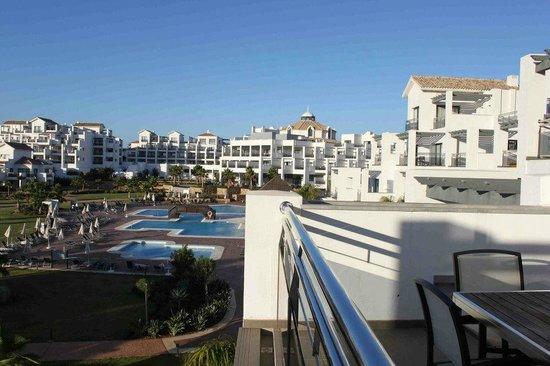 Hotel Fuerte Estepona : vistas de diferentes piscinas sin mucha profundidad y bar en piscina con actividades.