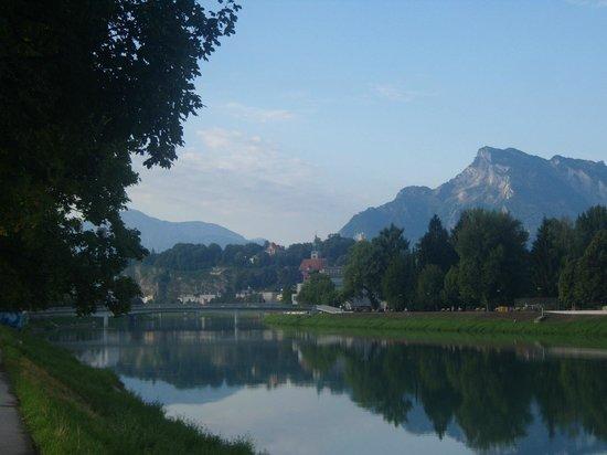 Kolpinghaus Salzburg: Passeggiata lungo il fiume all'altezza i Kolpinghaus