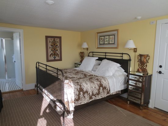 The Falls Village Inn: bedroom