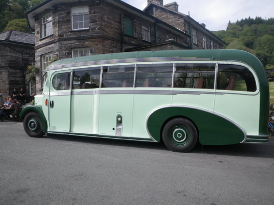 Oakeley Arms Hotel: Vintage tour bus