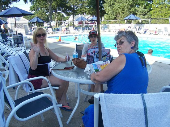 Mariner Motor Lodge: Lounging around the outdoor pool.