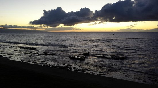 Paki Maui Resort: Great sunsets from right in front of the condo