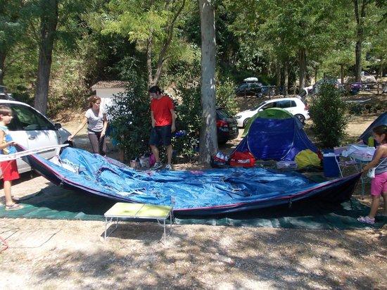 Flaminio Village Bungalow Park: Montaggio della tenda nella piazzola