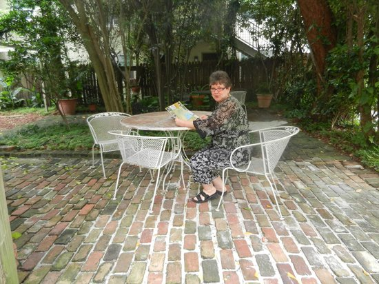 Fairchild House Bed and Breakfast : Enjoying the backyard patio.