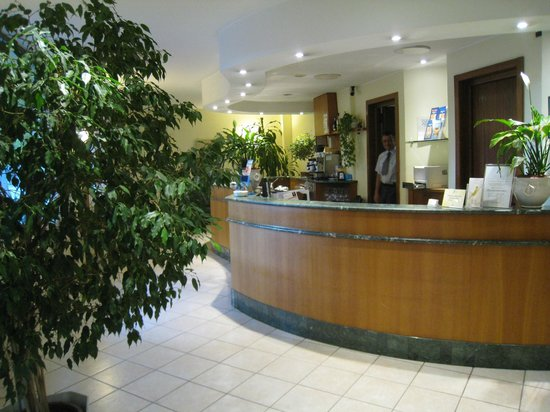 Hotel Italia : The front desk area (the plants were a nice touch)