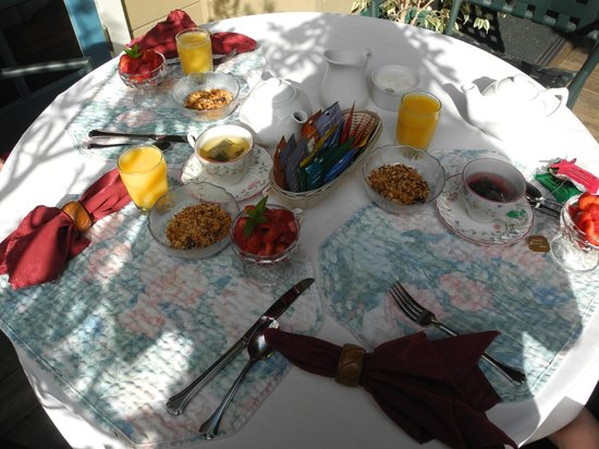 Bath Street Inn: Eating breakfast on the back patio