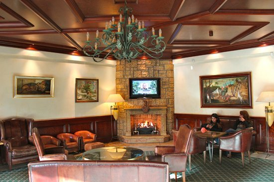 The Dunloe: One of the warm and inviting lounges near the entry and restaurant