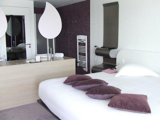 La chambre et la salle de bain ouverte - Photo de Hotel Les ...