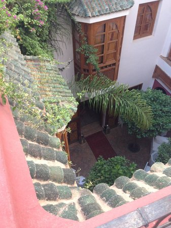Riad Sadaka: View into the courtyard from roof terrace