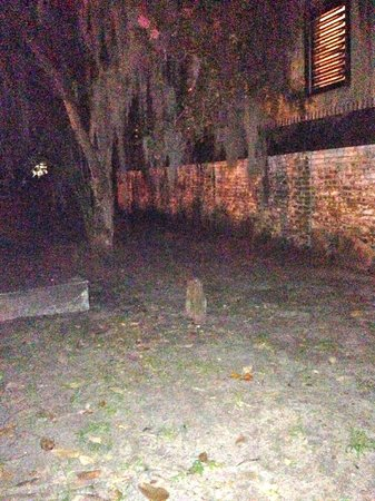 Blue Orb Savannah Ghost Tours: Graveyard photo - but no ghost.