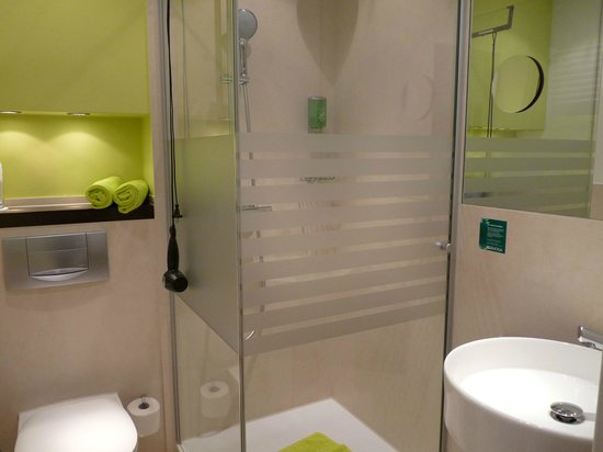 Hotel UHU: sehr kleines Bad