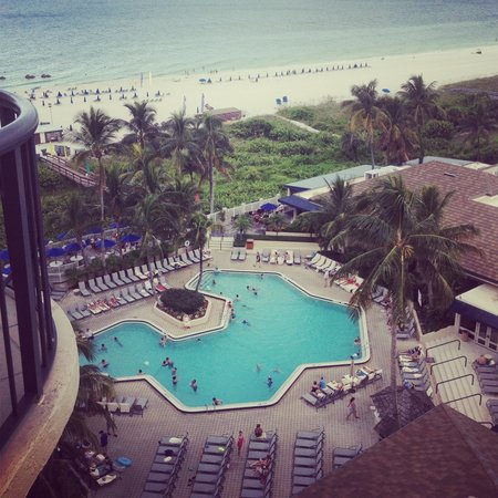 Hilton Marco Island Beach Resort: Pool area, view from room 1022