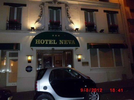Hotel Neva - Paris: Esta [e a frente do Hotel Pequenino mas muito simpático!