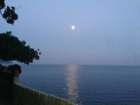 Villa Scarpariello Relais : Moonrise over the med