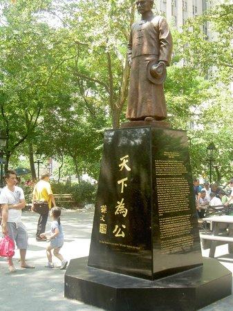 Columbus Park: Der Vater der Chinesischen Republik, Dr. Sun Yat-sen, inmitten des Platzes