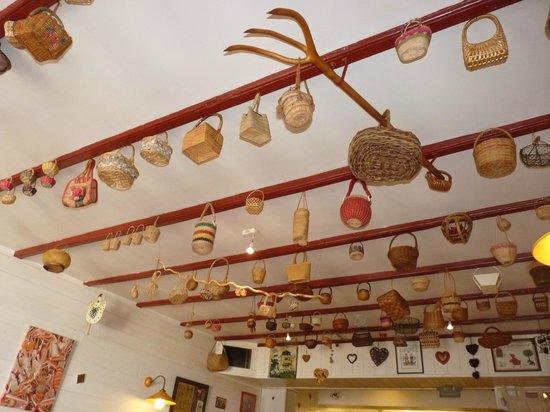Le Petit Chaperon Rouge : Déco du plafond de la salle du restaurant
