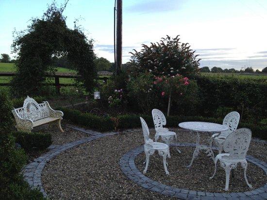 Cahergal Farmhouse: Sitting area outside