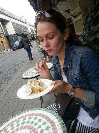 Pinavija Cafe & Bakery: Mmmmmmm we love cake