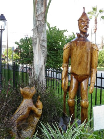 Tree Sculptures : the Tin Man and Toto