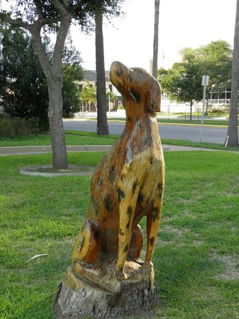 Tree Sculptures : Dalmation facing the Fire Department's tribute
