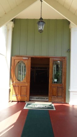 Hill House Inn: entrance to hotel