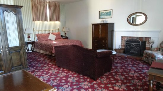 Hill House Inn: Luxury room with fireplace