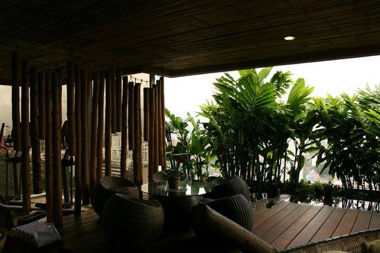 Diez Hotel Categoria Colombia : terrazza con arredamento in bambù