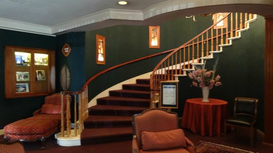 Hill House Inn: Staircase to dining area