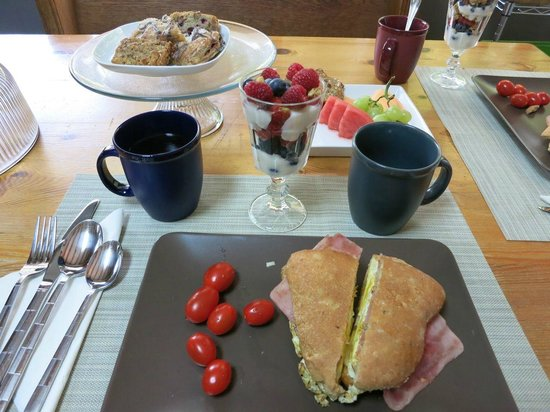 At Wit's End Bed and Breakfast: 初日の朝食。サンドウィッチ1人分。美味しくて丁度良い量。