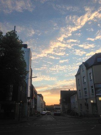 Days Inn Dortmund West : Вид снаружи. Здание отеля - слева